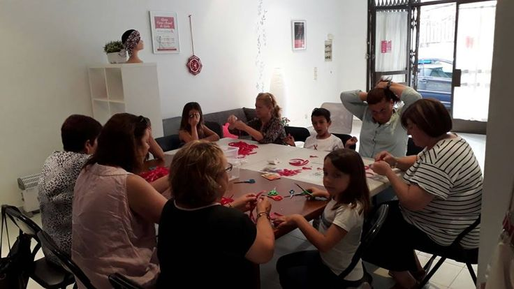 El equipo ULEM de Manacor nos envía esta foto confeccionando lazos solidarios para colaborar en la lucha contra el cáncer de mama. ¡Gracias chicas!