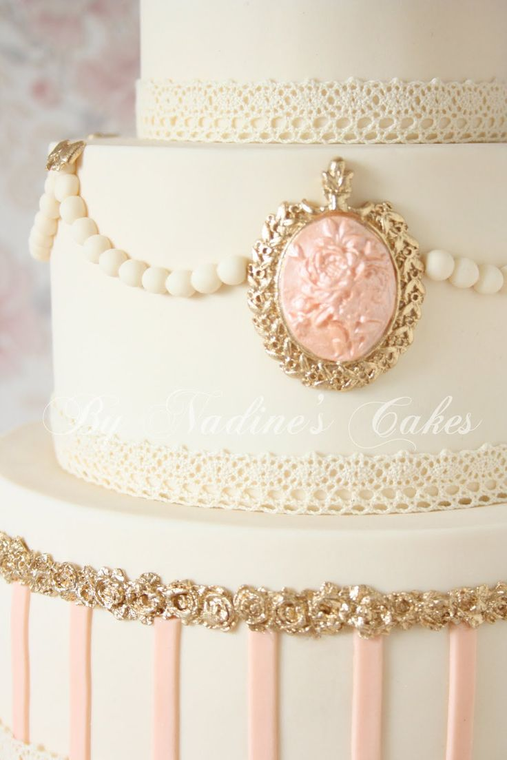 Marie Antoinette shabbychic wedding cake - I love this cake. The cameos