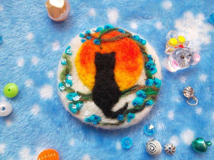 Spilla gatto nero Felix di lana infeltrita ricamata spilla feltro fatto a mano lana cardata wool ooak idea regalo natale per lei sorella by MondoTSK on Etsy