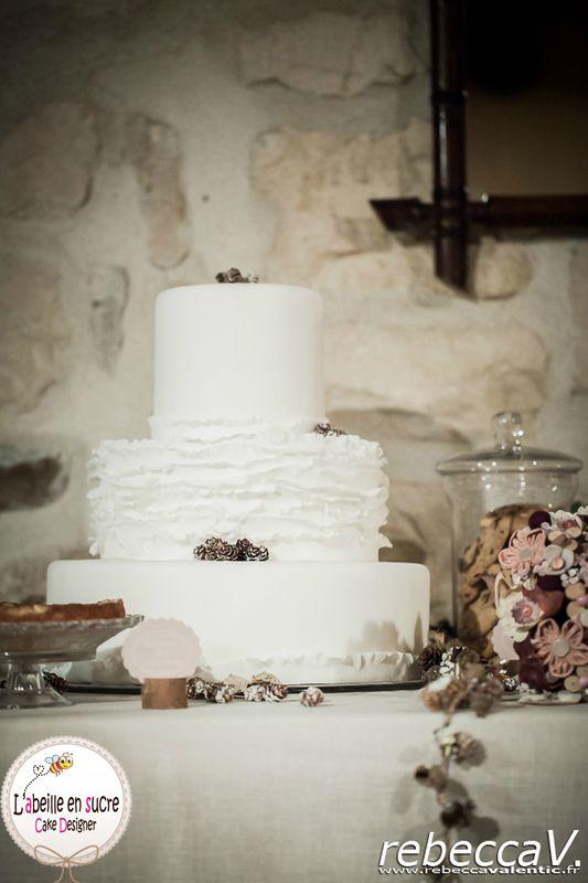 ... Gâteau de mariage blanc. Gâteau de mariage rustique. Ruffles cake