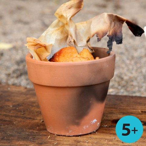 13429 Brood gemaakt in bloempotje en gebakken in een kampvuur. Dit was een winteridee, maar ook in de zomer leuk om te doen.