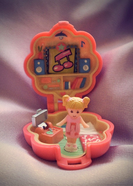 polly pocket ♥ had at least 20 of these gems. still better than the ones they make these day!