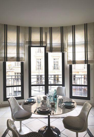 Les stores bateaux apportent de la verticalité et de l'élégance dans la cuisine. Plus de photos sur Côté Maison http://petitlien.fr/82t6