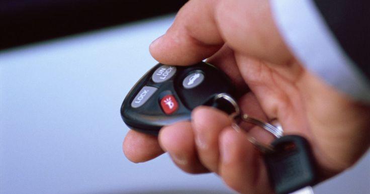 Como substituir a bateria da chave do seu Fiat Punto. Assim como outros carros, o Fiat Punto usa um sistema de abertura das portas por controle remoto, apesar de ter uma chave que também pode ser usada. A poucos metros de distância, aponte o chaveiro para o carro, aperte o botão e as portas se abrirão. O chaveiro possui uma pequena bateria que eventualmente precisa ser substituída.
