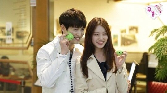 """Lee Jong Hyun Is Flustered by Gong Seung Yeon's Father's Question about Kissing on """"We Got Married"""""""
