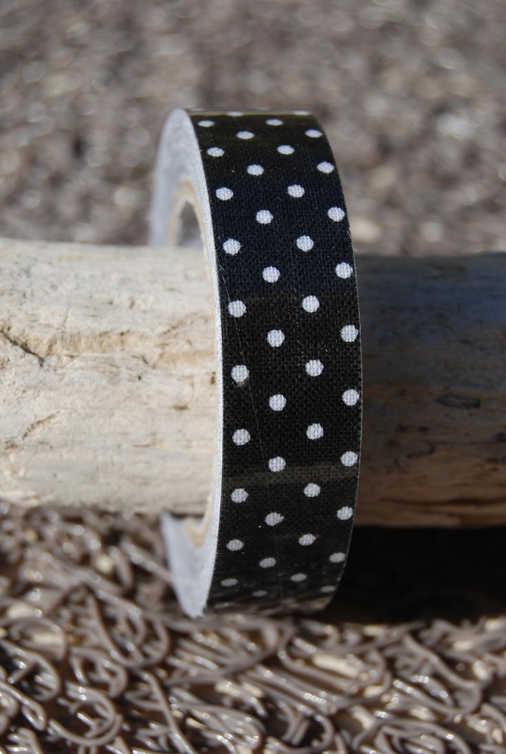 Un beau tissu autocollant noir avec des plumetis pour toutes vos décorations en scrap et masking tape - En vente chez créapause