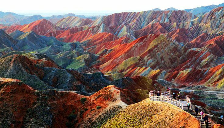 7. Zhangye Danxia Esta cadeia de montanhas coloridas está localizada na China. A paisagem parece uma pintura. A justificativa para tantas cores em meio aos morros é a presença de arenito vermelho e outros minerais depositados naturalmente na região durante os últimos 24 milhões de anos. Créditos: Melinda Chan/Bing Wallpapers http://discoverybrasil.uol.com.br/imagens/galleries/10-paisagens-inacreditaveis/