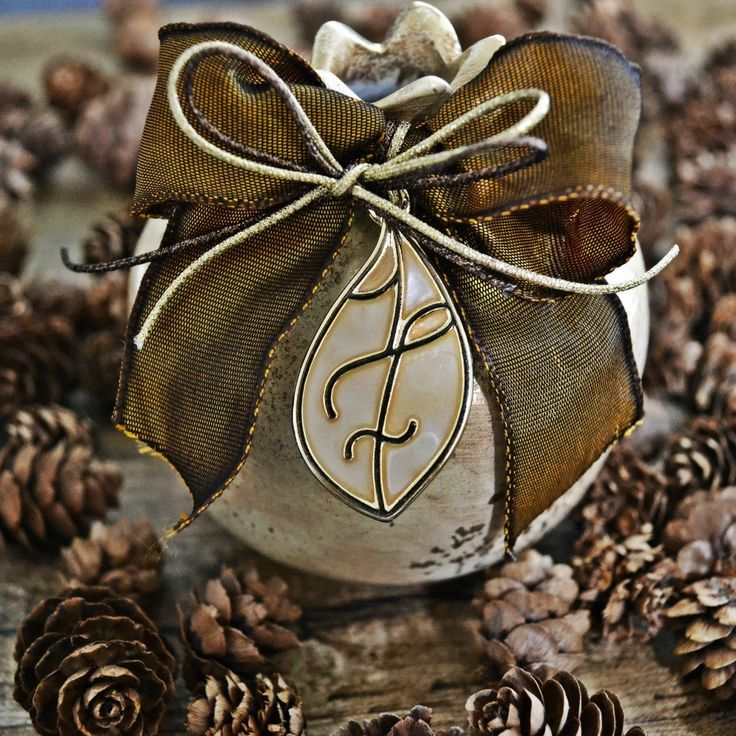 Χειροποίητο ρόδι κεραμικό σε ιβουάρ χρώμα, στολισμένο με καφέ κορδέλα και το 17 σε ιβουάρ σμάλτο.