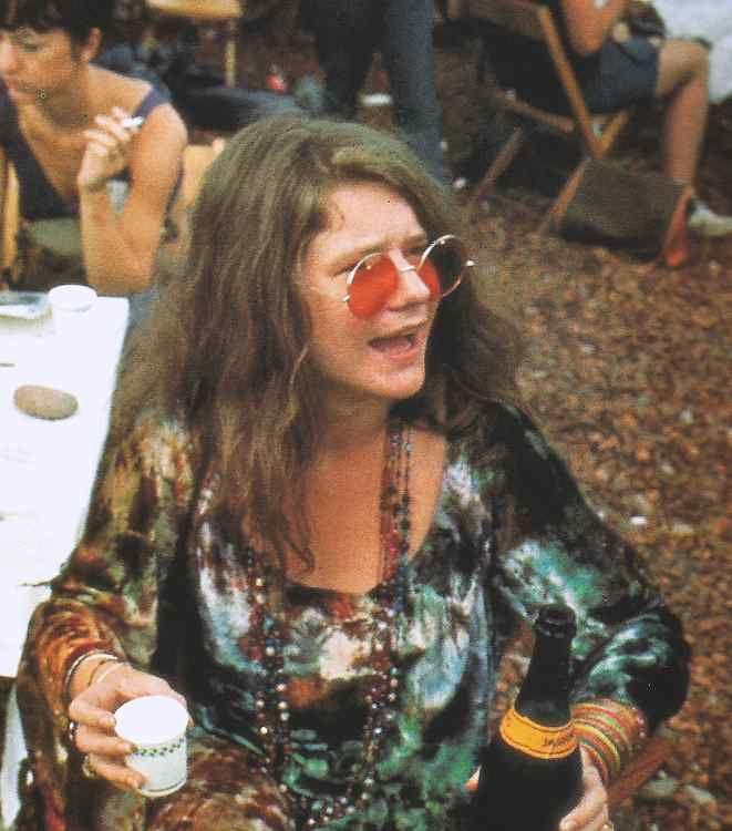 Janis Joplin na plateia, no Festival de Woodstock, 1969 - em cena do…