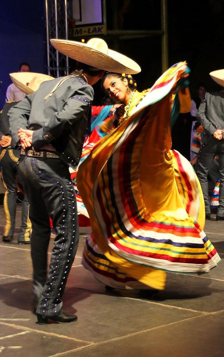 La danza mexicana es una tradition de mexico donde una mujer y hombre bailan juntos con vestido.