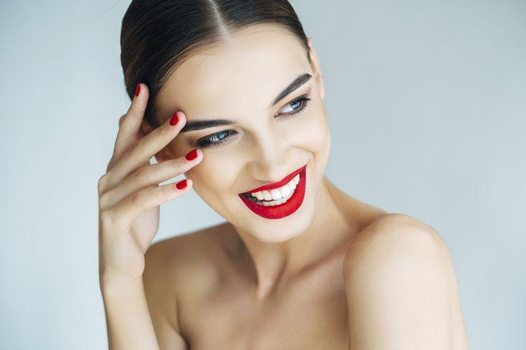 Makijaż francuski to kwintesencja stylu i zmysłowości. To ponadczasowa i zalotna propozycja dla kobiet, które uwielbiają uwodzić swoim wdziękiem, są pewne siebie i swoich atutów. Czerwone usta, jasna cera, lekkie oko, najczęściej z cienką kreską to jego trzy wyróżniki. Tak niewiele, a efekt piorunujący!