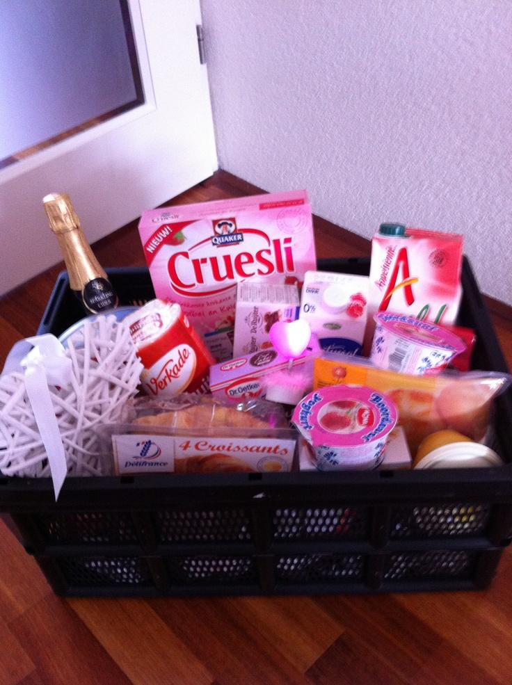 Een ontbijtpakket: alle ingredienten te koop bij de supermarkt. Goed idee voor een last minute cadeau.