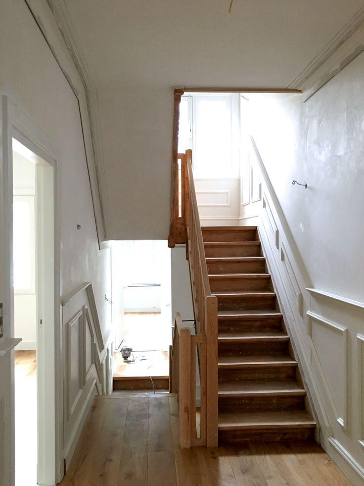 Jaren '30 woonhuis Maastricht,   De houten vloeren op de verdieping zijn gelegd en klaar om geolied te worden. Daarnaast zijn de lambriseringen aangebracht.