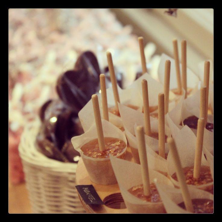 Tallipihan Suklaapuoti on pieni herkkutaivas idyllisellä Tampereen Tallipihalla. Suklaapuodin valikoimasta löydät mm. kolmen lähiseudulla toimivan suklaanvalmistajan tuotteita. #tallipiha #suklaapuoti #suklaa #tampere #rakastampere