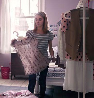Vârsta aceea când oricâte haine ar avea, tot nu crede că are destule. Ajut-o să aibă loc pentru toate.  www.IKEA.ro/suport_umerase