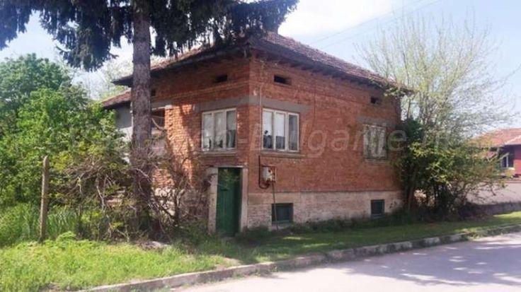 Huis (190m2) met 6 slaapkamers in Ostritsa  Te koop: 2 huizen met in totaal 6 slaapkamers in het dorp Ostritsa. Deze vastgoed aanbieding bevindt zich in het dorp Ostritsa, Ruse provincie in Bulgarije. Het is een rustig gelegen dorp in de Dve Mogili regio. Het landschap is er overwegend heuvelachtig met veel natuur en landbouw. De...