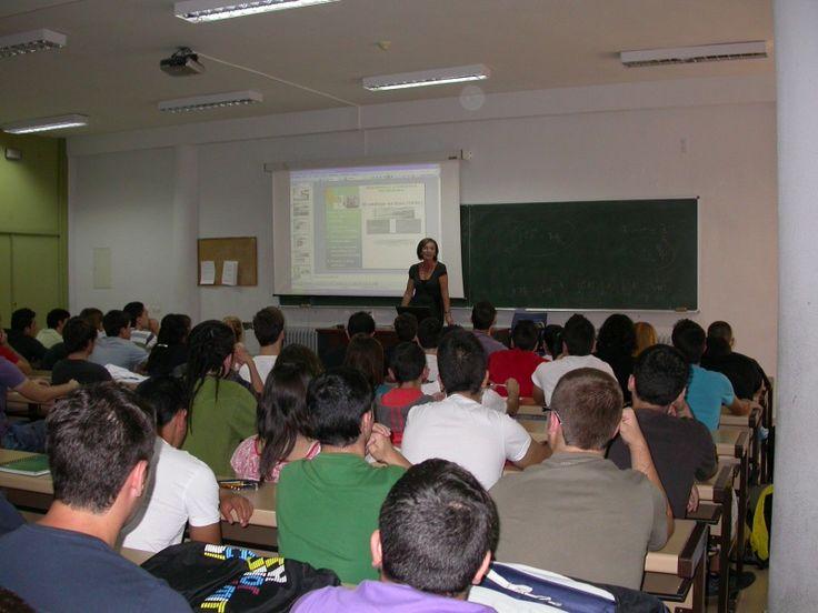 Anunciación Gutiérrez, responsable de la Unidad de Comunicación, Difusión y Extensión Bibliotecaria durante las Jornadas de bienvenida  a los alumnos de la E. Politécnica #bibliotecarios #uex