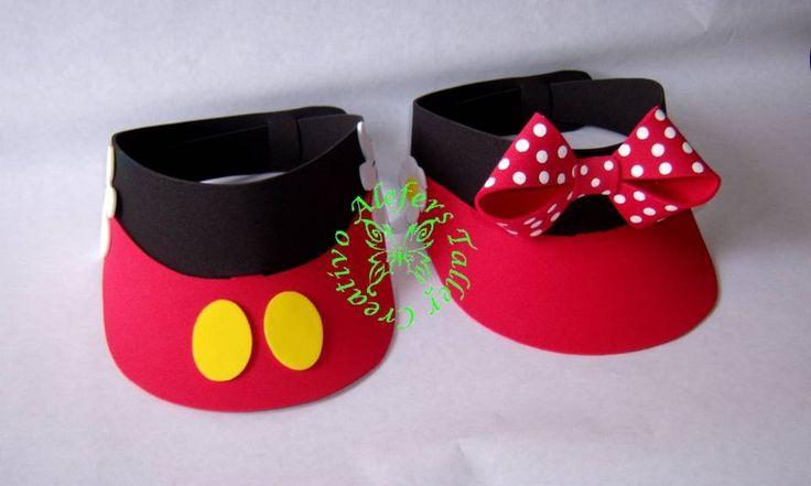 Una buena opción para los adultos invitados: Viseras de Mickey and Minnie Mouse