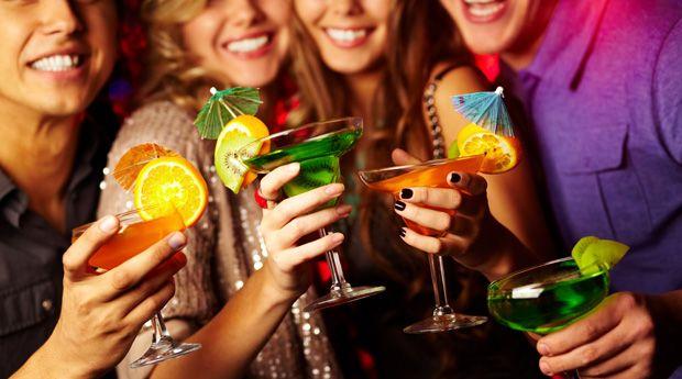 Мешать или не мешать: алкоголь и прочее - Невинный бокал вина в кругу подружек или бутылка пива в компании друзей могут быть не так уж и невинны. С чем можно и нельзя мешать алкоголь и стоит ли пить или воздержаться в определенной ситуации? Разбираем 9 сценариев.  В�