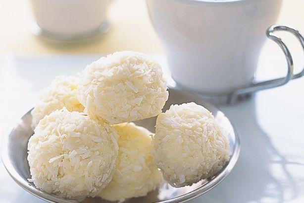 Receta brasileña muy común en las fiestas de cumpleaños, les encanta a los niños, esta receta de besitos de coco es ideal también para el 14 de febrero.