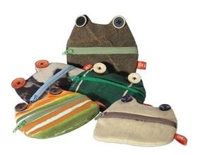 Portaoggetti e portachiavi con cerniera a forma di gatti e rane. Fatti in Italia con ritagli di tessuto cuciti a mano. Ogni oggetto è un pezzo unico, diverso da tutti gli altri.