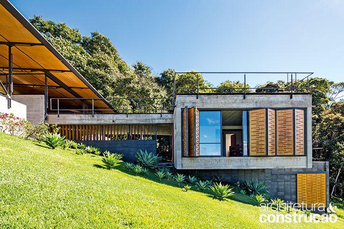 Revista Arquitetura e Construção - Casa tem alvenaria estrutural e uma serralheria doméstica