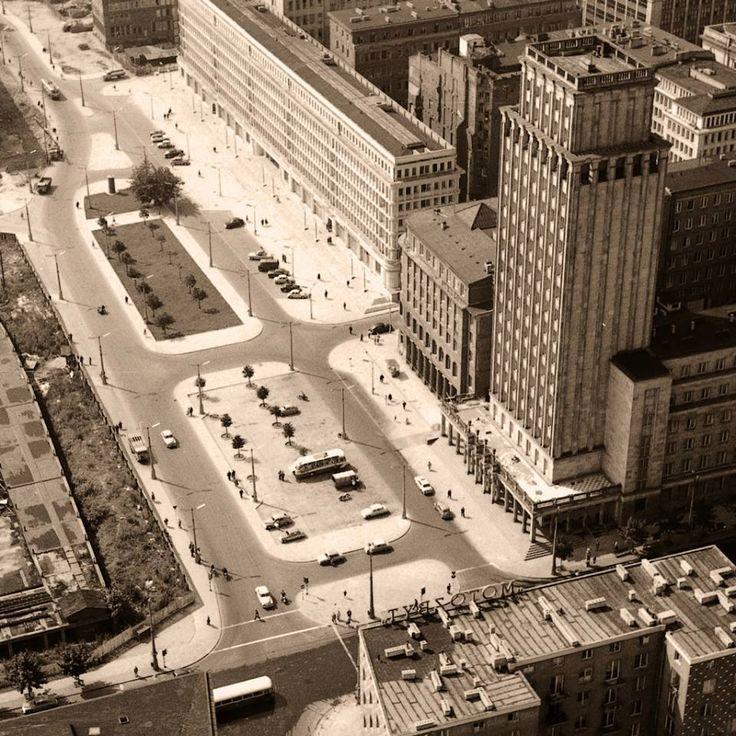 Plac Powstańców Warszawy. fot. 1962 r., Zbyszko Siemaszko, źr. omni-bus.eu, zdjęcie jest własnością Narodowego Archiwum Cyfrowego.