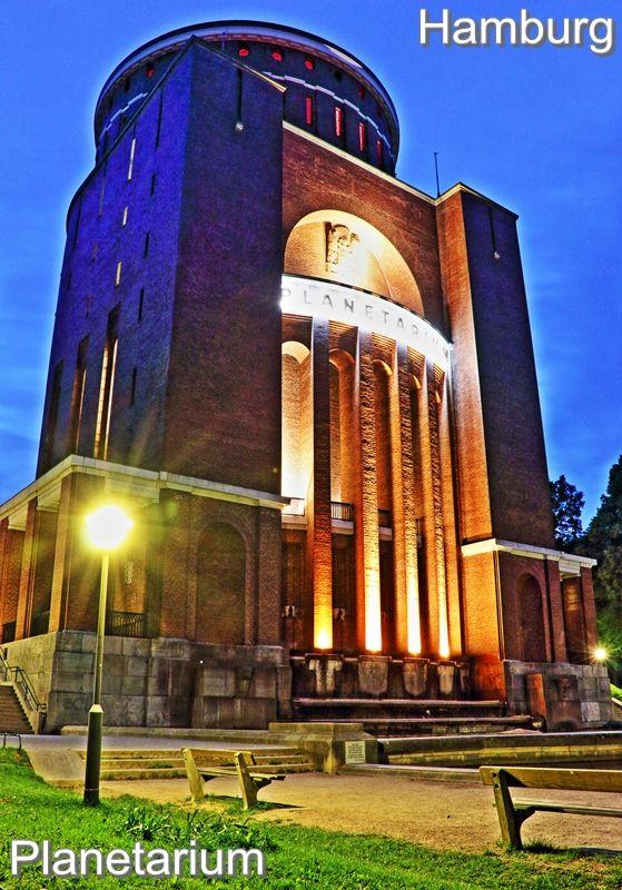 Ein #Hamburg Motiv, wo es mich immer wieder hinzieht, ist das #Planetarium im hamburger Stadtpark. Besonders in der #Nacht ist das Planetarium mit seiner Beleuchtung ein begehrter Fotospot.