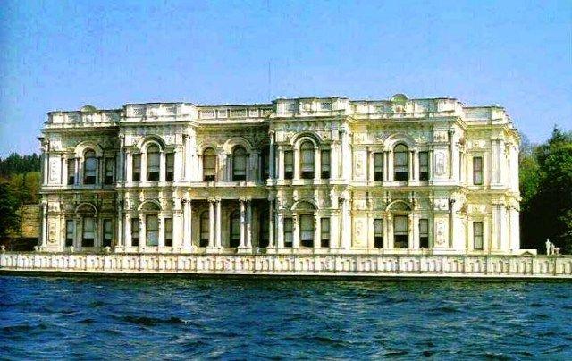 Beylerbeyi Sarayı İstanbul'un kalabalık ilçelerinden olan Üsküdar'ın Beylerbeyi semtinde bulunmaktadır. Beylerbeyi Sarayı 1861-1865 yılları arasında Sultan Abdülaziz tarafından mimar Sarkis Balyan'a yaptırılmıştır. Saray geniş bir bahçenin içinde asıl sarayla birlikte Mermer Köşk, Sarı Köşk, Ahır Köşk ve iki küçük deniz köşkünden oluşmaktadır.