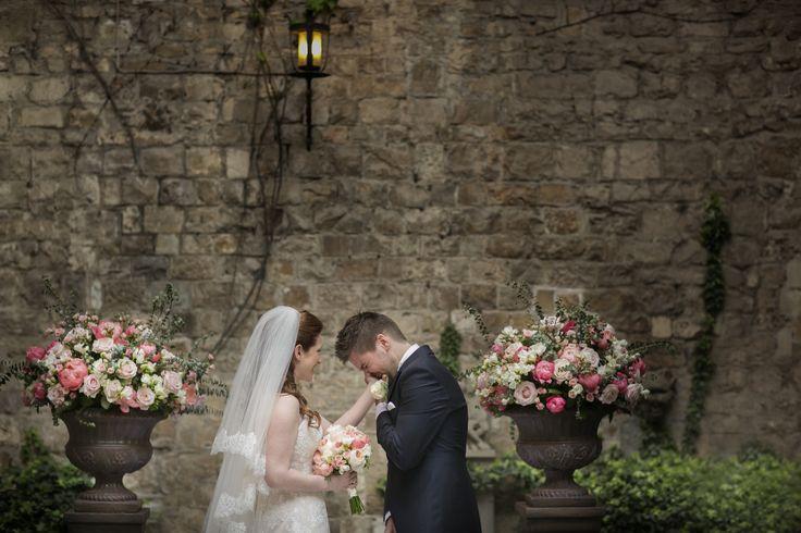 Vincigliata castle wedding ceremony, coral pink fwedding flowers photo by David Bastianoni