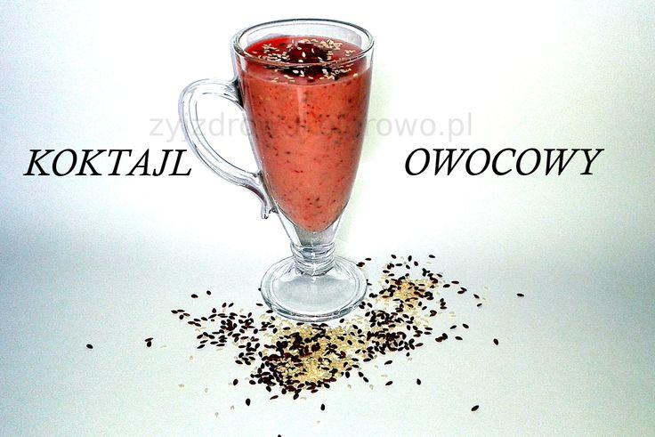 Owocowy koktajl z truskawek, awokado, nasion lnu i sezamu. Smacznie zdrowo i kolorowo.