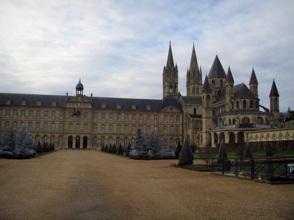 Caen - Esplanade Jean-Marie Louvel et Abbaye-aux-Hommes (bâtiments conventuels abritant l'hôtel de ville (mairie) et église Saint-Étienne), ciel nuageux