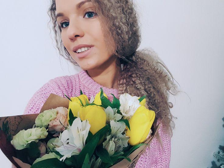 Селфи, девушка, весна, букет, тюльпаны, кудри, афро, блондинка