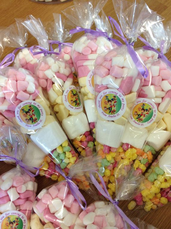 Pre filled party bag sweet cones for paw patrol lovers. Also available in numerous other characters - if you dont see it just ask and Im sure we can accommodate!  Can be personalised at no extra cost or can be just plain and let the sweets do the talking! All branded sweets such as harribo, swizzle and tuck shop. Last minute orders can be accommodated but please message prior to purchase to confirm our availability. Please not postage cost may vary when purchasing a large number of cones- I…