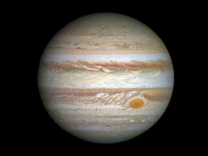 BILLEDER 11 spektakulære skud fra Hubble | Viden | DR illede fra april 2014, der meget tydeligt viser Jupiters røde plet, som er en enorm orkan, der er 2-3 gange større end Jorden. En storm, som fortsat forventes at hærge på Jupiter i flere hundrede år. (© NASA / ESA / STScI / AURA)