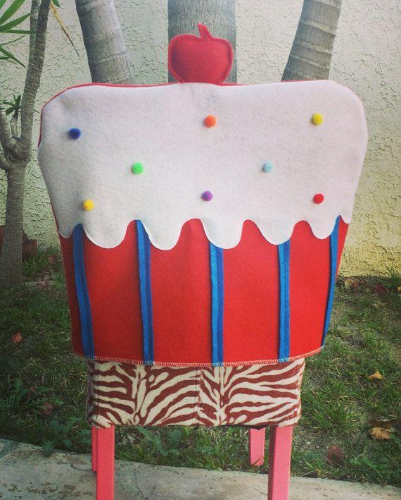 Feliz cumpleaños Cupcake (rojo) cubierta para salón de clases, oficina, sillas hogar - cubierta de la silla