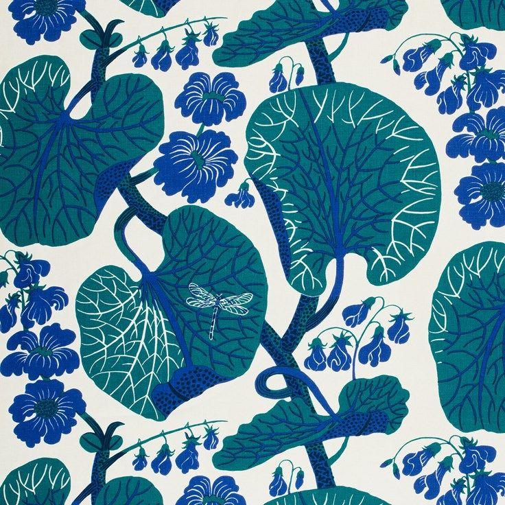Bland mönstret Aramals stora gröna blad döljer sig trollsländor här och var. Aramal formgavs av Josef Frank i början på 1940-talet. - Tygprov Aramal, Lin 315, Aramal, Blå, Josef Frank