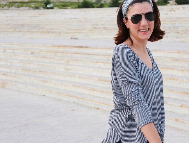 Look formal: camiseta de rayas finas, shorts azules marino y bolso sobre grande, de Zara de otras temporadas. Cinta para el pelo de Suiteblanco y sandalias de MaryPaz, también de otras temporadas.
