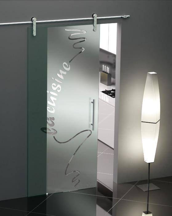 Συρόμενη γυάλινη πόρτα που διαχωρίζει την κουζίνα με το καθιστικό.Αθόρυβη λειτουργιά και μοναδικό design.