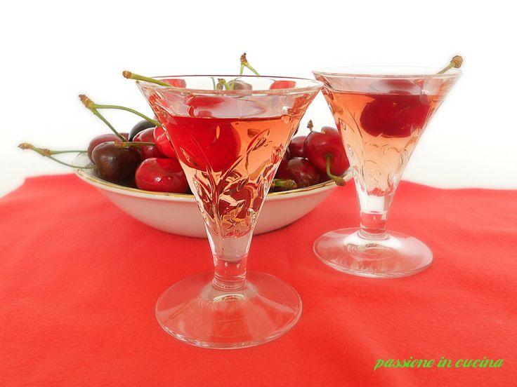 Il kirsch è un liquore alle ciliegie preparato in casa, in cui si utilizzano sia la polpa che i noccioli ed immersi nella grappa e fatto fermentare
