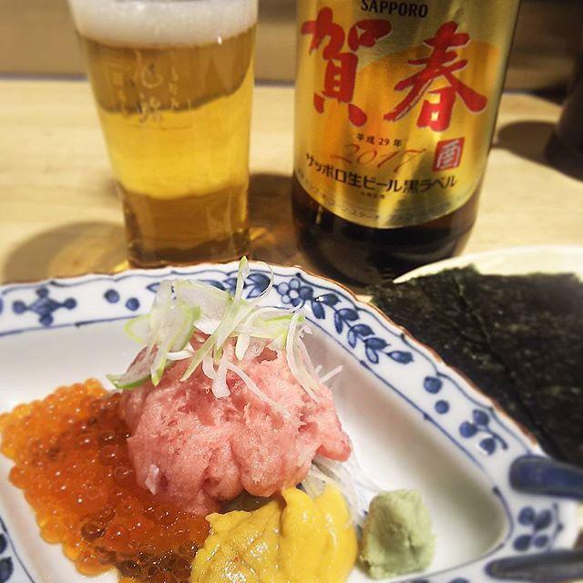 今年の大瓶初め…というか今日仕事初め #サッポロ黒ラベル  #賀春ビール  年始にこの界隈でよく目にします… 毎年飲み初めが新宿なだけかもしれません…(笑) 納豆ぬきの鮨やの #ばくだん 😋 中おち、いくら、うにを焼きのりで😄😄 アフターも良いスタート(笑) #japanesefood #instajapan #tokyotrip #横丁 #sashimi #sushi #nori #sapporobeer #黒ラベル #賀春 #瓶ビール党 #大瓶派 #tokyo #shinjuku #新宿 #ハルチカ #駅前酒場 #旭鮨総本店 #立ち寄り #仕事初め