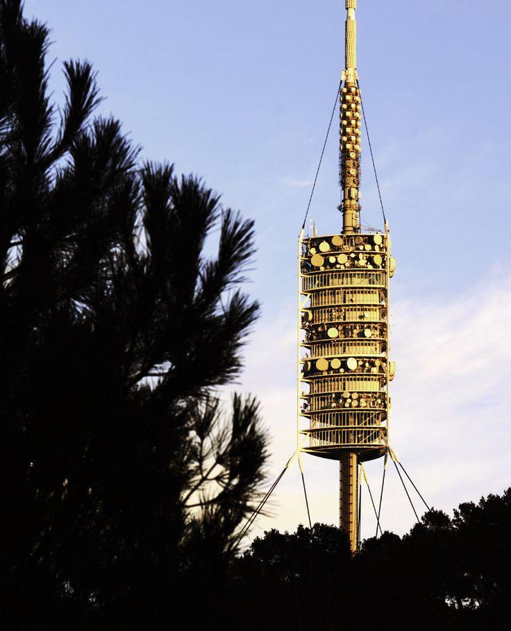 obra de sir Norman Foster, cuyo emplazamiento en pleno Tibidabo hace de ella un punto de observación panorámica único. El mirador panorámico de la Torre de Collserola. Barcelona