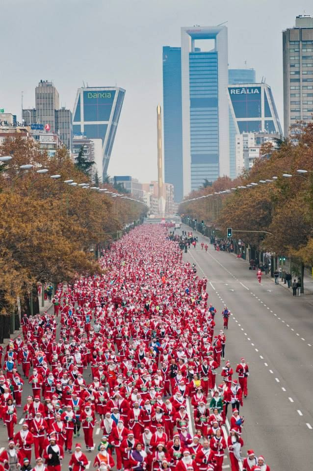 El Paseo de la Castellana se inunda de Papá Noeles para batir el Record Guinness en la Carrera de Papá Noel del Corte Inglés 2014. (638×960)
