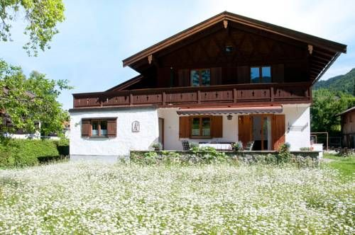 Ferienhaus Tegernsee Tegernsee Offering a sun terrace and a garden, Ferienhaus Tegernsee is a self-catering accommodation with a patio, mountain views and free WiFi. Located a 10-minute walk for Lake Tegernsee, it comes with free private parking.