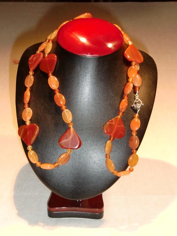 (20) Collana di corniola con cuori grandi. L. 107 cm.