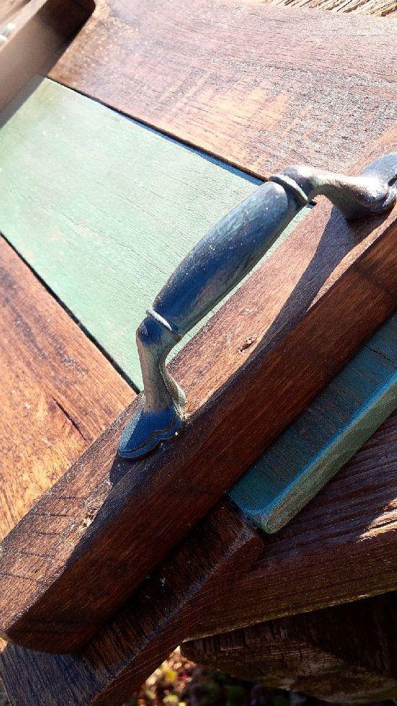 Deze houten portie of beeldscherm lade ontworpen vanaf voorzien pallet hout geeft het perfecte accent voor meerdere interieur stijlen. Stuk kan worden afgewerkt in uw keuze van vlek en accent kleur. Handgrepen zal variëren per bestelling en worden aangepaste afgewerkt aan de Raad van bestuur van de accentkleur. De lade afgebeeld is gekleurd in Engels kastanje met het accent bestuur en grepen Bella blauw met behulp van onze handtekening toepassing en afwerking techniek ingevuld. Een…