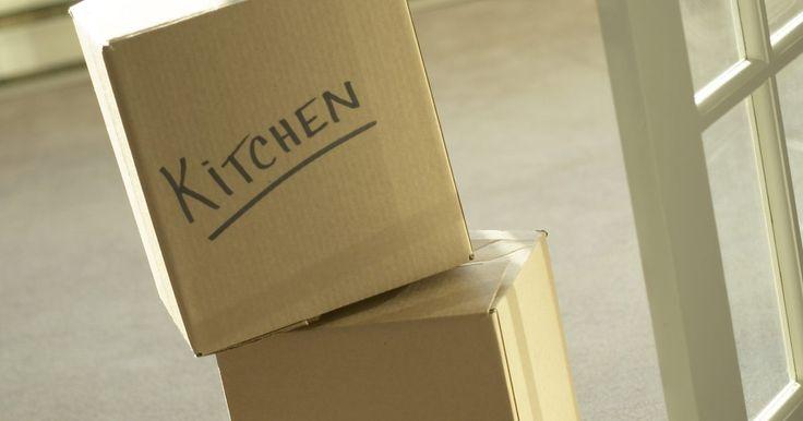 Cómo quitar etiquetas adhesivas de una caja de cartón. Puedes quitar etiquetas adhesivas de superficies duras como el metal frotando el área con aceite, raspando con una herramienta sólida o usando químicos cáusticos para disolver el pegamento. Sin embargo, hacer esto en una caja de cartón es mucho más complicado, ya que debes evitar causar daños en la caja durante el proceso. A menudo, es esencial ...