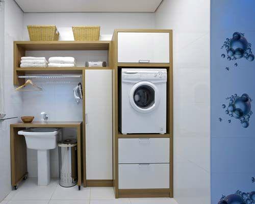 Máquina de lavar roupas acima do nível do piso.