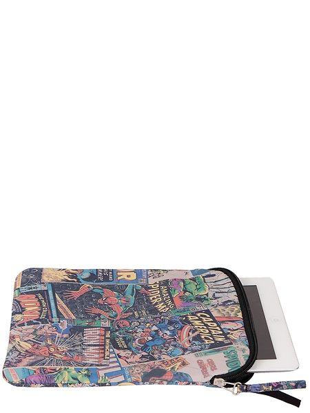 Pehmeän, vetoketjulla suljettavan tablettikotelon sarjisprintissä seikkailevat Marvelin supersankarit Hämähäkkimiehestä Rautamieheen. Koko: 22 x 26 x 0,5 cm. Materiaali: polyesteri.