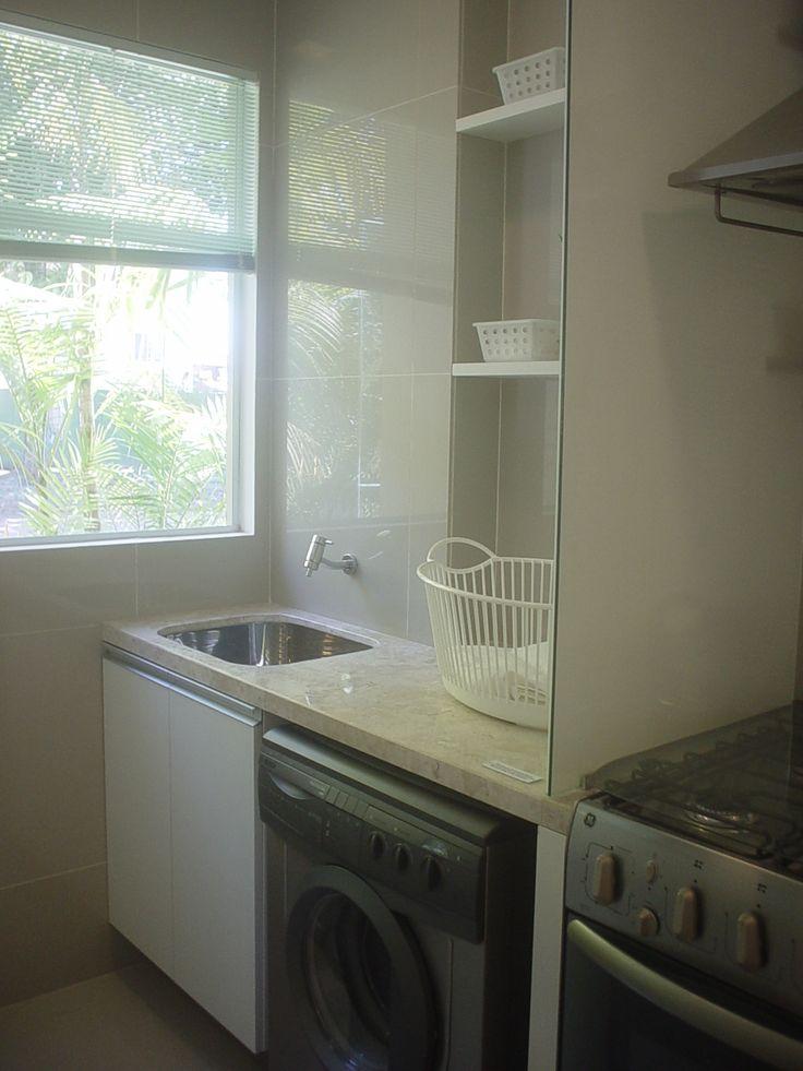 """A área de serviço muitas vezes vira um cômodo """"esquecido"""" do apartamento. Já vi área que virou depósito; e tem uma amiga que não fez armári..."""